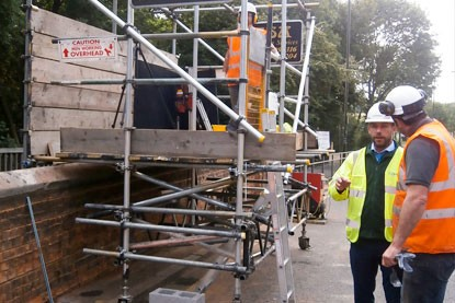 Mobile scaffolding platform to access the parapet